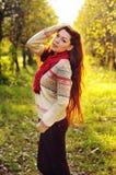 有长的直发的年轻红发妇女在苹果加尔德角 库存图片