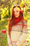 有长的直发的年轻红发妇女在苹果加尔德角 免版税库存照片