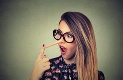 有长的鼻子的妇女 说谎者概念 人面表示情感 免版税库存图片