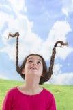 有长的结辨的头发的逗人喜爱的小女孩 库存图片