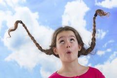 有长的结辨的头发的逗人喜爱的小女孩 免版税图库摄影