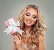 有长金发微笑的俏丽的式样妇女 免版税库存图片