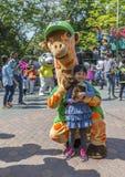 有长颈鹿吉祥人的小女孩 免版税库存照片