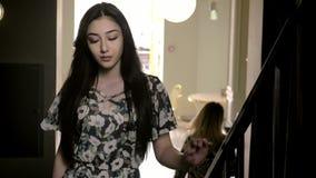 有长黑发典雅的可爱的年轻中东女孩台阶概念时尚和秀丽 影视素材