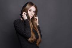 有长,华美的黑暗的金发的年轻美丽的妇女 库存图片