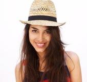 有长头发和帽子微笑的美丽的少妇 图库摄影