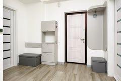 有门和壁橱的公寓走廊 免版税库存照片