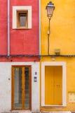 有门和窗口的五颜六色的房子 库存照片
