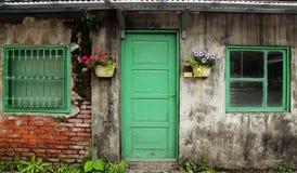 有门和窗口的老中国房子墙壁 免版税库存图片
