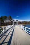 有门和蓝天的白色桥梁 库存图片