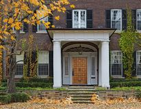 有门廓入口和藤的议院 图库摄影