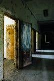 有门户开放主义和蓝色帷幕的-被放弃的医院走廊 免版税库存图片