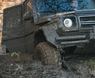 有门户开放主义陷进的肮脏的越野汽车在深车轮痕迹 免版税库存图片