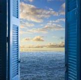 有门户开放主义的室对海景 库存照片