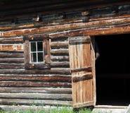 有门户开放主义的木谷仓 免版税库存图片