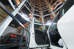 有门户开放主义的汽车以其他汽车为背景 免版税库存照片