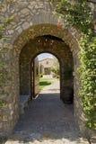 有门户开放主义的被成拱形的走道 库存图片