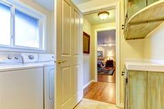 有门户开放主义的洗衣房对卧室。 免版税图库摄影