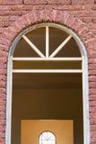 有门旁柱的砖墙 库存图片