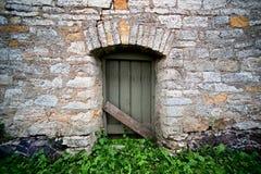 有门的古老墙壁 库存照片