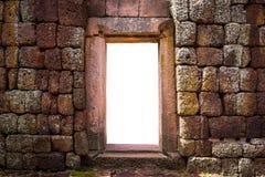 有门的城堡石墙 免版税库存图片