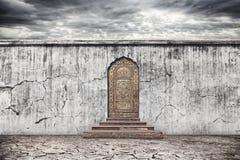 有门的墙壁干燥地球上 免版税库存照片