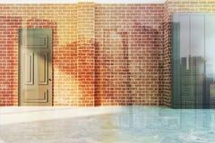 有门的空的砖室 库存图片