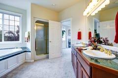 有门的豪华卫生间对主卧室 库存照片