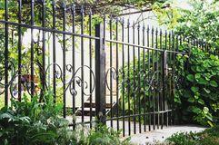 有门的金属装饰现代样式设计金属篱芭想法篱芭和门  免版税库存图片