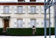 有门的经典法国庄园住宅 免版税库存图片