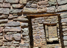 有门道入口古老废墟的墙壁 库存图片