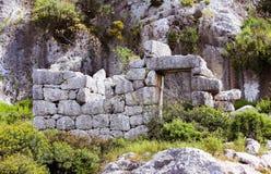 有门道入口的大石封锁的墙壁 库存图片