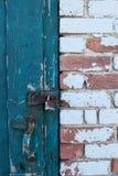 有门闩的老砖墙 图库摄影