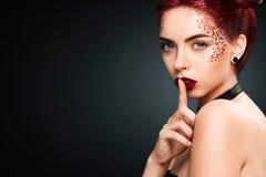 有闪亮金属片发型和艺术makup的聪慧的美丽的readhead女孩 库存图片