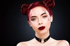 有闪亮金属片发型和艺术makup的聪慧的美丽的readhead女孩 免版税图库摄影