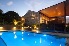 有闪光灯的旅馆在水池附近在晚上 库存照片
