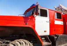 有闪动的警报器光和台阶的红火卡车反对 库存图片