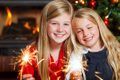 有闪烁发光物的二个女孩 库存图片