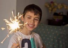 有闪烁发光物的孩子在手中 图库摄影