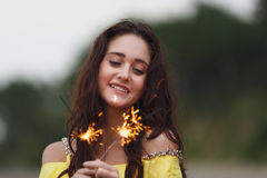 有闪烁发光物的快乐的女孩 免版税库存照片