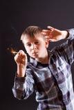 有闪烁发光物的男孩 免版税库存照片