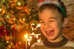 有闪烁发光物的逗人喜爱的男孩 图库摄影