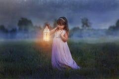 有闪电的小女孩 库存照片