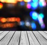 有闪耀的抽象彩虹迷离的作为模板用于的Bokeh空的木透视平台为显示产品嘲笑  免版税库存图片