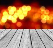 有闪耀的抽象彩虹迷离的作为模板用于的Bokeh空的木透视平台为显示产品嘲笑  库存图片