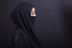 有闭上的眼睛的阿拉伯妇女 库存图片