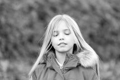 有闭合的眼睛的孩子享受田园诗秋天天 免版税库存图片