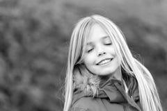 有闭合的眼睛的孩子享受田园诗秋天天 库存照片