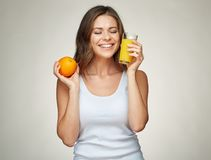 有闭合的眼睛的愉快的妇女拿着橙色果子和汁液 图库摄影