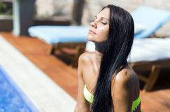 有闭合的眼睛的晒日光浴美丽的妇女 库存照片